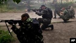 Lực lượng ly khai thân Nga trong cuộc đụng độ với quân đội Ukraina ở ngoại ô Luhansk, Ukraine, ngày 2/6/2014.