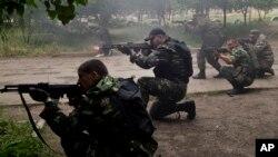 2일 우크라이나 동부 루한스크에서 친러 분리주의 무장세력들이 정부군과 교전을 벌이고 있다.