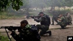 جدایی طلبان طرفدار روسیه در حال تیراندازی به سمت نیروهای نظامی اوکراین - ۱۲ خرداد ۱۳۹۳