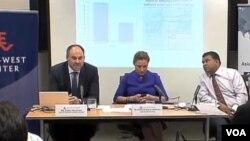 專家在華盛頓探討中日關係。加拿大滑鐵盧大學國際治理創新中心海事專家詹姆斯•馬尼康(左)﹔美國和平研究所亞太項目主任孔珊(中)