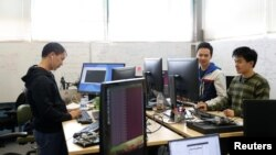 Un groupe d'ingénieurs informatiques au travail, Airspace Systems, San Leandro, Californie, le 6 mars 2017.