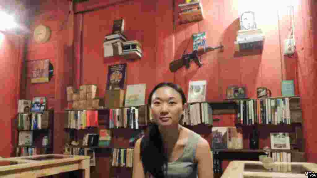 Ms. Koo in her bookstore and café in Tainan City, Taiwan.(Iris Tong/VOA)
