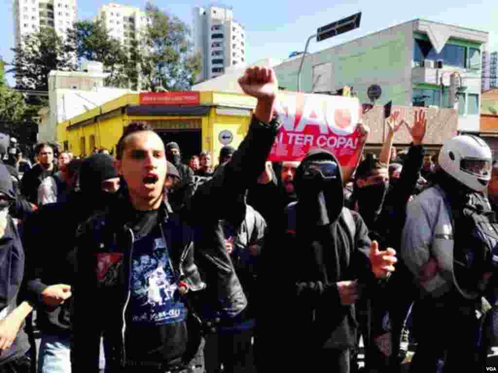 A poucas horas do início do Mundial de Futebol, São Paulo viveu momentos de forte tensão com protestos dos sem-abrigo e sindicatos na estação de Metro Carrão, São Paulo, Brasil Junho 12, 2014