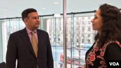 امریکہ میں پاکستان کے سابق سفیر حسین حقانی، وائس آف امریکہ کے ایک پروگرام میں انٹرویو دے رہے ہیں۔