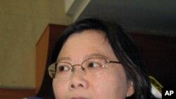 台灣民進黨總統參選人蔡英文批評馬政府債台高築, 貧富差距擴大