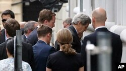 美国国务卿克里(右二)2015年7月8日抵达奥地利维也纳伊核谈判地点参加闭门会议。