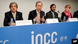 From left, Minister of State for Envionment of Peru Manuel Pulgar-Vidal, UN Sec. General Ban Ki-moon, Chairman of the IPCC Rajendra K. Pachauri and Secretary of the IPCC Renata Christ, present a report by the UN climate panel, Nov. 2. 2014, in Copenhagen.