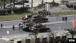 Tank-tank dan panser militer Bahrain menguasai jalan-jalan di ibukota Manama.