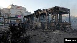 Сгоревший после обстрелов автобус на площади у вокзала в Донецке. Украина. 29 августа 2014 г.