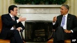 Tổng thống Hoa Kỳ Barack Obama gặp Chủ tịch nước Việt Nam Trương Tấn Sang tại phòng Bầu dục của Tòa Bạch Ốc tại Washington, ngày 25/7/2013.