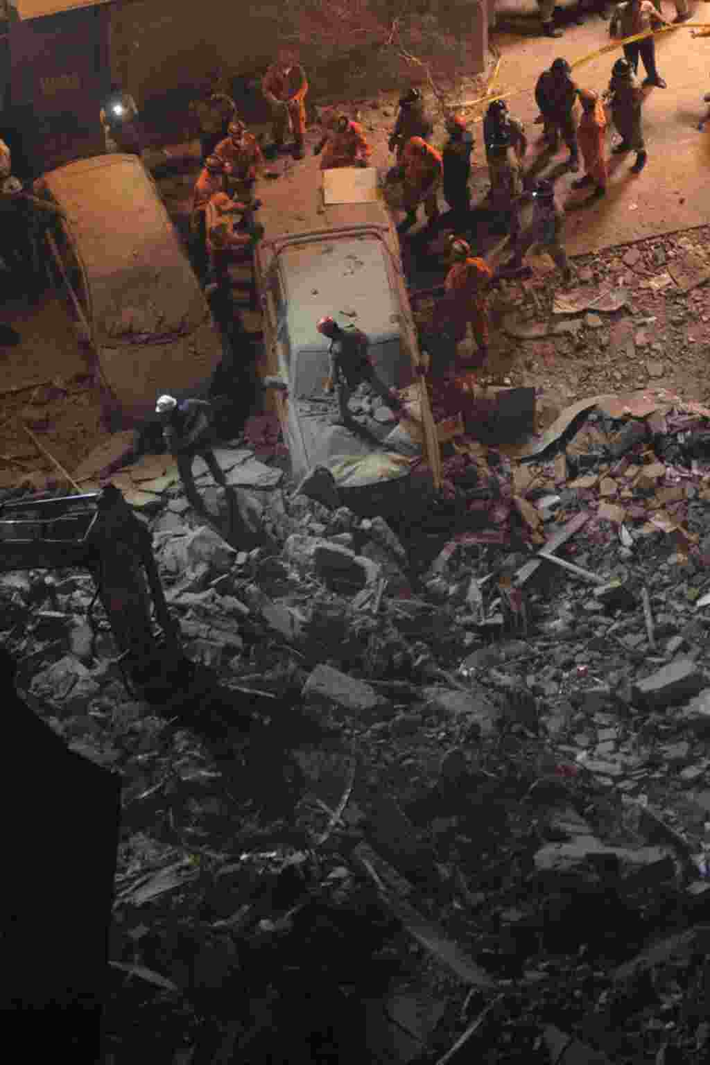 Los cuerpos de cinco personas fueron encontrados entre los escombros de tres edificios que se desplomaron la noche del miércoles en el centro de Río de Janeiro.