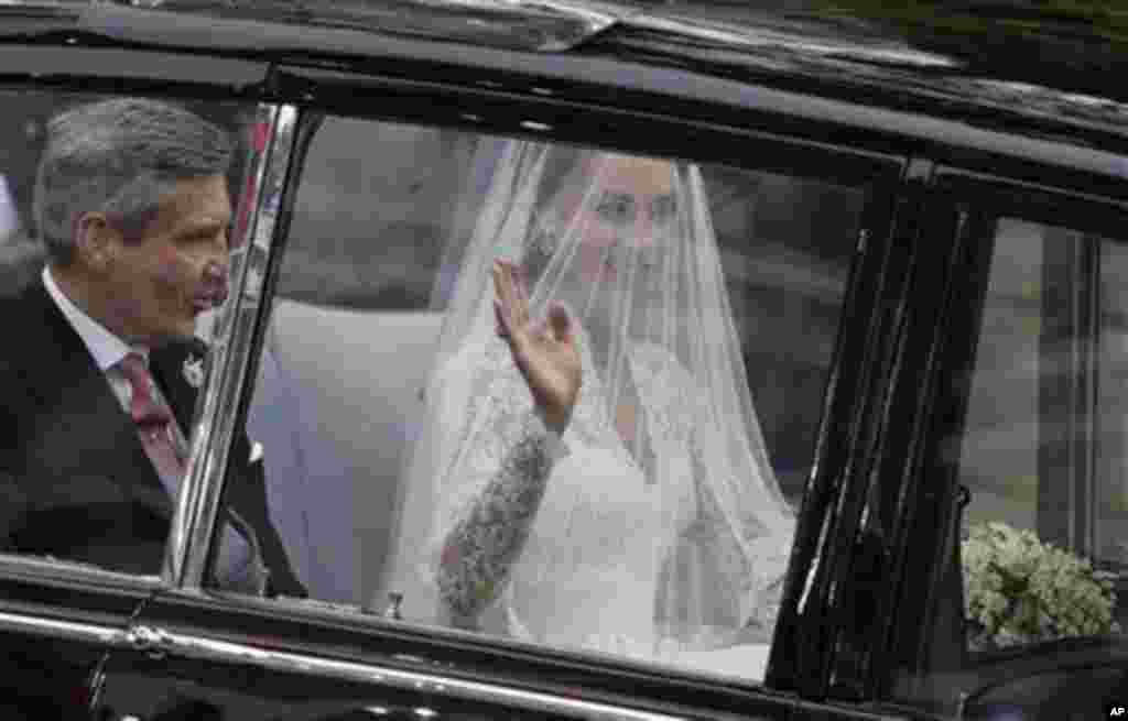 Earlier in the day, Kate Middleton and her father on the way to her wedding to Britain's Prince William at Westminster Abbey, Friday, April 29, 2011 (AP)