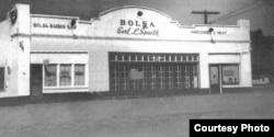 Một toà nhà mang tên Bolsa, gồm tiệm bán thực phẩm và một tiệm hớt tóc, tại góc Bolsa và Brookhurst hiện nay, không rõ năm chụp. Photo courtesy of Orange County Archives
