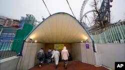 Warga Tokyo bergegas mencari tempat perlindungan saat diumumkan adanya serangan rudal Korea Utara, dalam latihan Senin (22/1).