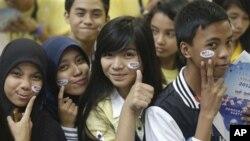 Para siswa Muslim di Filipina dalam pemilu AS bohong-bohongan di Quezon City yang diadakan oleh Kedubes AS. (AP/Bullit Marquez)