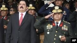 Romeo Vázquez (der), con más de 37 años de experiencia militar, dijo que su tiempo en las fuerzas militares lo convierte un líder para su país.
