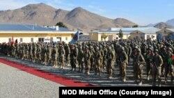 کابل پر قبضے سے قبل جب طالبان نے اہم صوبے ہرات کا کنٹرول سنبھالا تھا تو اس وقت طالبان نے سینکڑوں افغان فوجیوں کو معافی نامے جاری کیے تھے۔ (فائل فوٹو)