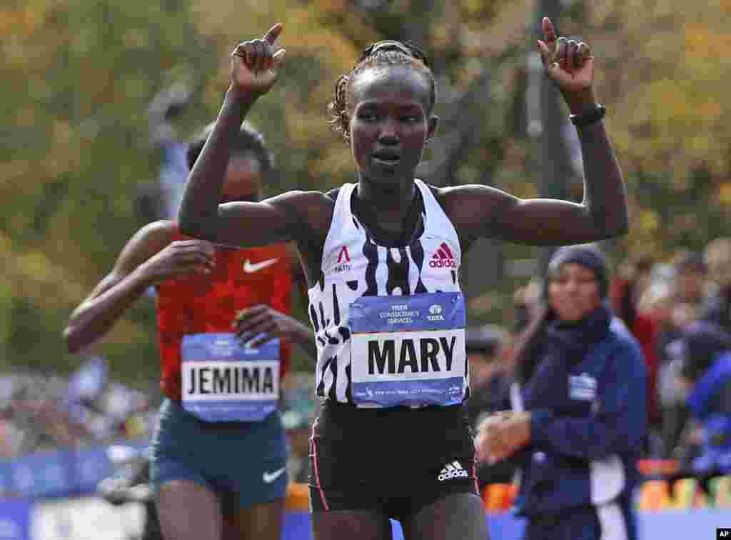 Mary Keitany comemora assim que ultrapassa Jemima Sumgong, ambas do Quénia. Ambas cortam a meta, primeiro e segundo lugar respectivamente, na categoria feminina da 44ª Maratona da cidade de Nova Iorque. Nov 2, 2014.