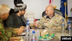 Admiral Jeyms Stavridis Lag'mon viloyatining (Afg'oniston) hokimi Muhammad Iqbol Aziziy bilan uchrashuv chog'ida