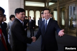 Meng Hongwei (R), Chinese vice public security minister, shakes hands with Nguyen Quang Dam, the commandant of the Vietnam Coast Guard, in Beijing, China, August 26, 2016.