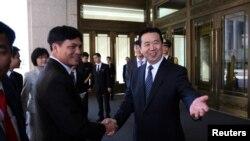 លោក Eng Hongwei (រូបស្តាំ) អនុរដ្ឋមន្រ្តីសន្តិសុខសាធារណៈចិន ចាប់ដៃជាមួយលោក Nguyen Quang Dam មេបញ្ជាការនៃកងល្បាតសមុទ្រវៀតណាម ក្នុងរដ្ឋធានីប៉កាំង ប្រទេសចិន (រូបថតថ្ងៃទី២៦ ខែសីហា ឆ្នាំ២០១៦)។