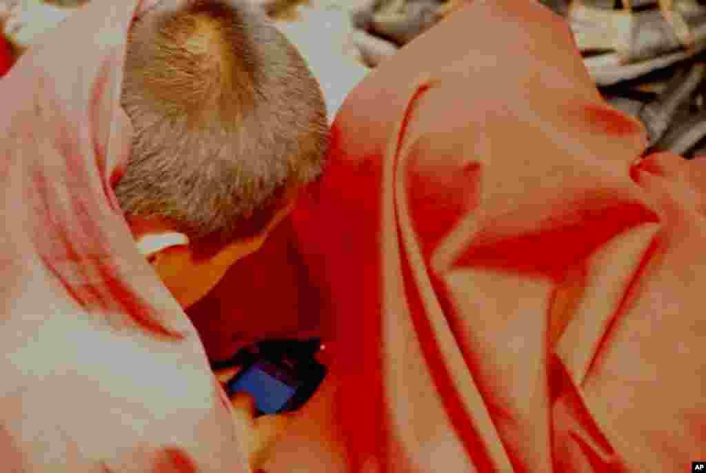 兩名小喇嘛偷偷玩電子遊戲