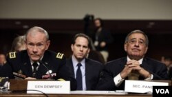 Menhan AS Leon Panetta (kanan) memberikan keterangan di hadapan Komisi Kongres AS yang membidangi pertahanan.