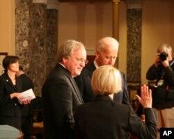 副总统拜登主持参议员宣誓就职