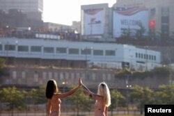 Des femmes nues en face du Quicken Loans Arena lors de la séance de photographie organisé par Spencer Tunick à Cleveland, Ohio, le 17 juillet 2016.