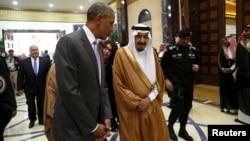 Rais wa Marekani Barack Obama anazungumza na Mfalme wa Saudi Arabia Salman alipowasili kwa mkutano mjini Riyadh, Saudia Arabia.
