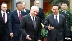 Menteri Luar Negeri Tiongkok Yang Jiechi (kanan) bersama Menteri Pertahanan Amerika Robert Gates (foto: dok).
