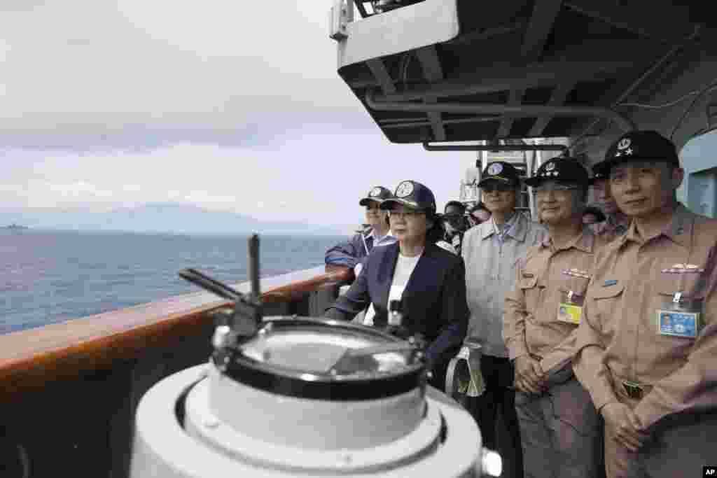 차이잉원 타이완 총통(왼쪽에서 두 번째)이 타이완 동부 해안에서 군함에 탑승해 해군과 공군의 합동 해상훈련을 시찰하고 있다.
