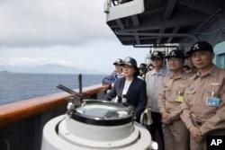 台湾总统蔡英文在苏澳海军基地登上一艘台湾海军基德级驱逐舰视察军演。(2018年3月13日)