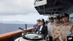 台湾总统蔡英文(左二)在海军苏澳基地视察台湾海军。(2018年4月13日)