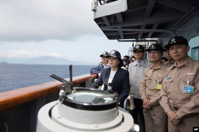 台灣總統蔡英文在蘇澳基地登上一艘台灣海軍基德級驅逐艦視察軍演。 (2018年3月13日
