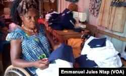 Dans l'atelier de couture de Handicap Home, Marie Crésence et son équipe à Yaoundé, le 7 décembre 2017. (VOA/Emmanuel Jules Ntap)