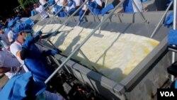 Proses penggorengan krupuk terpanjang dan terbesar di dunia. (VOA/Petrus).