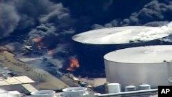 Imagen aérea tomada de un video provisto por el canal KSTP-TV de Minneapolis, muestra un humo negro saliendo de la refinería Husky Energy luego de una explosión el jueves 26 de abril de 2018.