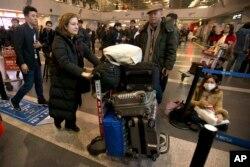 2015年12月31日,法国驻华记者郭玉走在北京首都机场,准备离开中国。