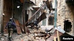 2月11日,叙利亚自由军的成员经过被战争摧毁的阿勒颇倭玛亚清真寺
