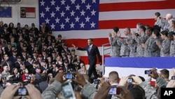 奥巴马总统在美国退伍军人节当天看望在韩国龙山美军基地的美军官兵