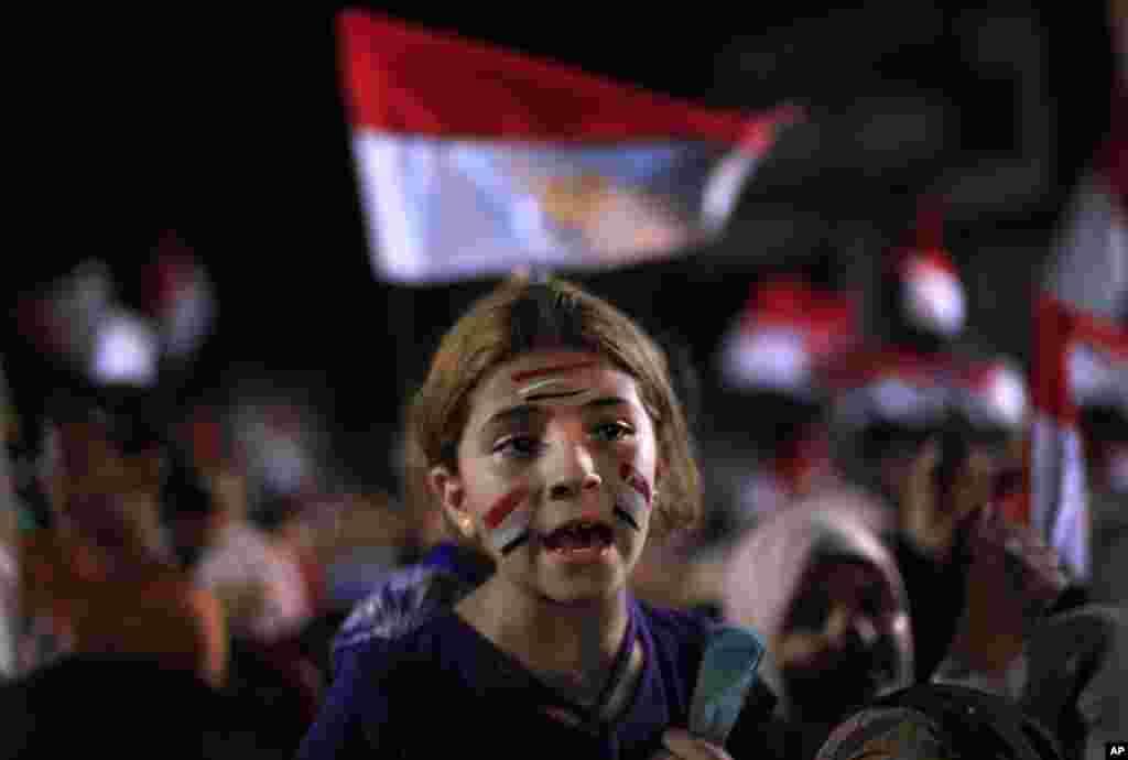 6일 이집트 카이로 나스르시티에서 벌어진 무르시 지지 농성에 참석한 소녀가 얼굴에 이집트 국기를 그렸다.