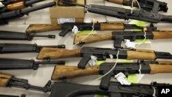 Esta foto muestra parte de las armas que fueron presentadas en 2011 una conferencia de prensa en Phoenix, Arizona.