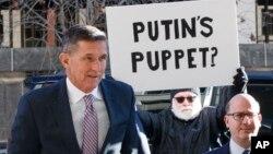 Ông Flynn (trái) ra tòa năm 2018.