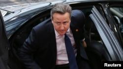 دیوید کامرون، نخست وزیر بریتانیا، در حال ورود به نشست سران اتحادیه اروپا در بروکسل – ۶ تير ۱۳۹۳