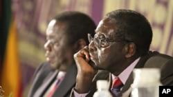 Presiden Zimbabwe Robert Mugabe (kanan) dan PM Morgan Tsvangirai di Harare (Foto: dok).