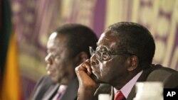 Robert Mugabe (à dr.) et Morgan Tsvangirai ne sont pas d'accord sur la date fixée par le président pour la tenue des élections