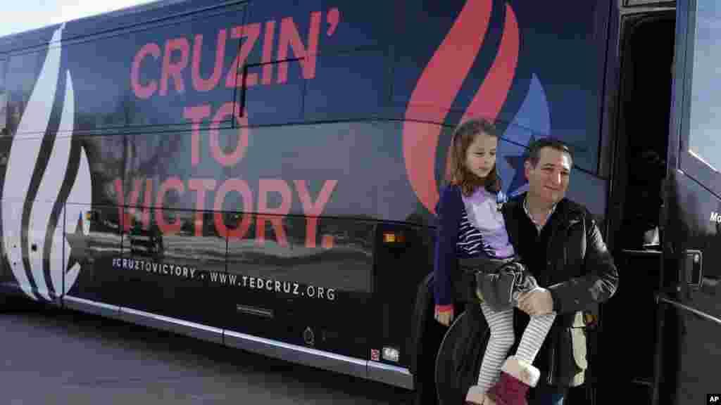 Le candidat républicain, sénateur du Texas, Ted Cruz, arrive à Green County Community Center avec sa fille de sept ans, Caroline, pour un événement de campagne à Jefferson, Iowa, 1er février 2016.