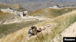د افغانستان د سرحدي قواو یو سرتیری د پپولې د څارنې پر وخت