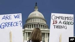 2011年7月18号一名妇女在国会山庄前抗议美国债务问题(资料照)